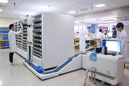 在城市的各大医院,药品的存储需要在特定的环境要求下进行,药品的发放保证更低的错误率,乾德回转库针对药品的存储与发放提供更优解决方案;QD-mWMS系统与医院管理系统有效衔接,有效的保证药品的保存质量和发放准确性。