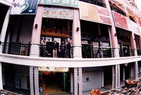 """厦门海峡茶都开设第一家分店, 参加首届海峡两岸茶王邀请赛,选送的样品""""红心铁观音""""荣获银奖。"""