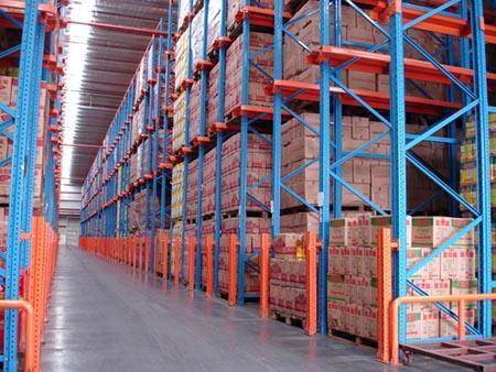 公司仓库内配备各种先进的装卸设备能满足各类货物装卸要求。货物进出通畅快捷,能够满足客户的物流需求,而公司的车队则为您提供及时的配送服务,按时送达指定地点