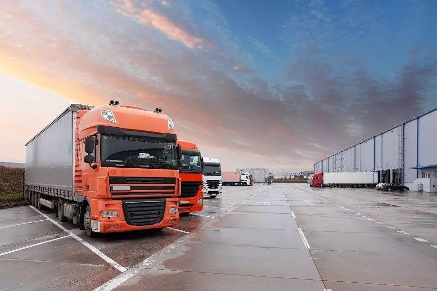 """为使您的货物安全及时收发,物流公司配备了大型仓库停车场,采取自备车队与联运车队相结合方式,拥大、中、小各种型号货运车辆,提供""""门对门"""",""""仓对仓""""的优质物流货运服务。"""